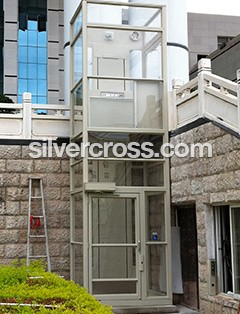 V1504 Wheelchair Lift Enclosed Outdoor Savaria | Silvercross